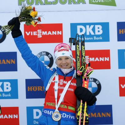 Kaisa Mäkäräinen jublar efter segern i jaktstarten i Pokljuka.