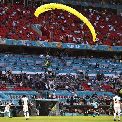 Fallskärmshoppare flyger framför långsidan.