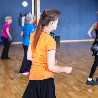 Jyväskylän Naisvoimistelijoiden ikääntyneiden Ikiliike-ryhmän tanssitunti.