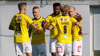 Fem KuPS-spelare firar mål.