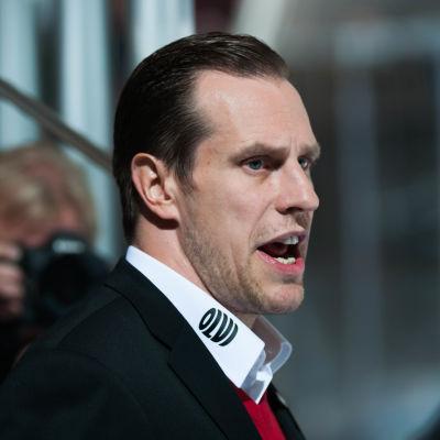 Ishockeytränare coachar högljutt från spelarbåset.
