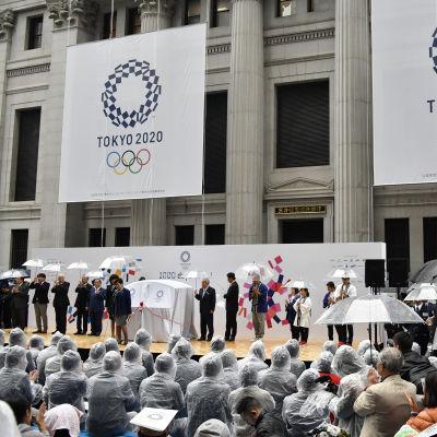 En japansk flagga vajar under en ceremoni inför OS 2020