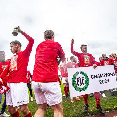 Piffens fotbollslag firar avancemanget till division 1