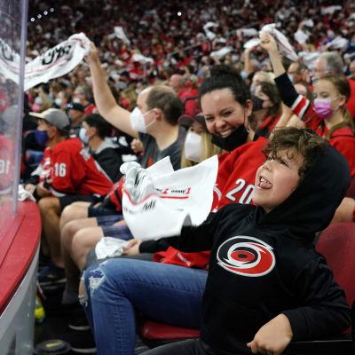 Carolina Hurricanesin faneja NHL:n pudotuspeleissä.