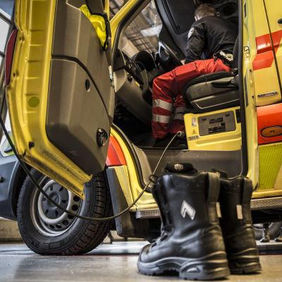 työkengät odottavat valmiina ambulanssin vieressä