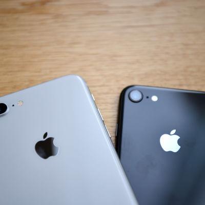 Närbild av två mobiltelefoner som tillverkats av Apple.