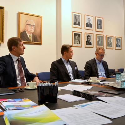 The Switchs vd Dag Sandås, KPO:s vd Kim Biskop, Österbottens handelskammares vd Juha Häkkinen och Leena Nyman från Finlands Näringsliv.