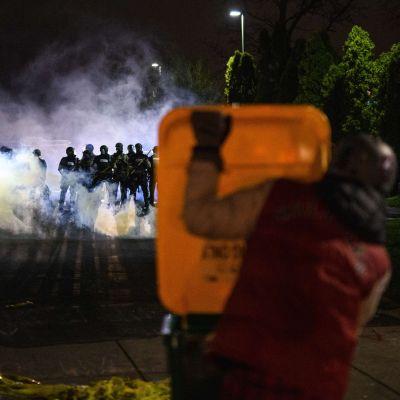 Den här bilden togs utanför polisstationen i Minneapolis-förorten Brooklyn Center på söndag kväll, men liknande scener utspelades där också på måndag kväll, lokal tid.