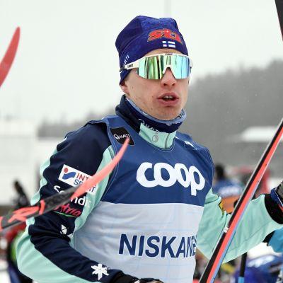 Iivo Niskanen med skidorna i händerna