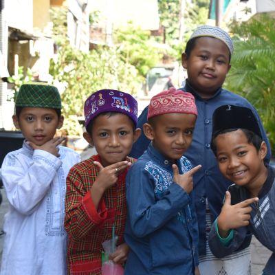 Pojkar på väg hem från koranskolan.