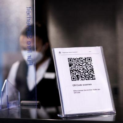 Hotellin respassa IG koodi jonka avulla voi sisäänkirjautua hotelliin ja maksaa laskun.