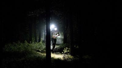 Löpare i skog.