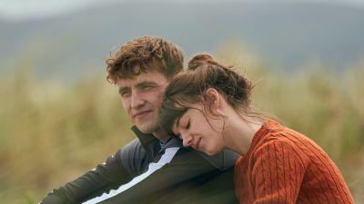 Sarjan Connell (Paul Mescal) ja Marianne (Daisy Edgar-Jones) istuvat vierekkäin heinikossa. Marianne nojaa Connellin olkapäähän.