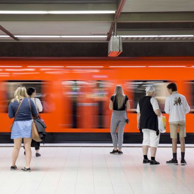 Ihmisiä Rautatientorin metropysäkillä.