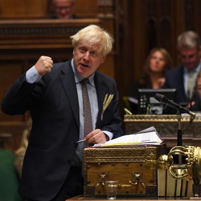 Boris Johnson elehtii puhuessaan parlamenttisalissa