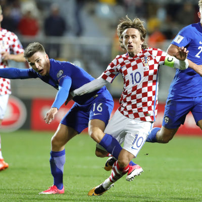 Luka Modric med bollen mot Finland.
