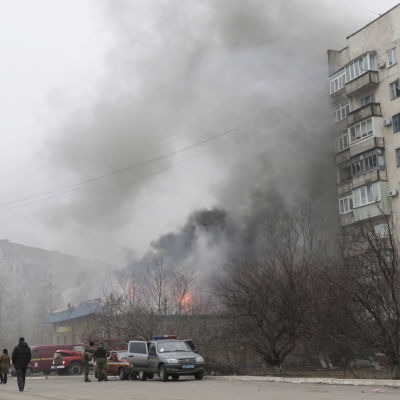 Byggnad i Mariupol brinner efter en raketattack mot Mariupol den 21 januari 2015.