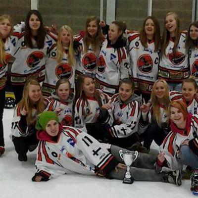 Järvenpään Haukkojen U14-ringettejoukkue finaaliottelun jälkeen