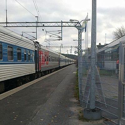 Katkenneet ajolangat olivat aiheuttaa vaaratilanteen Vainikkalassa, missä Moskovasta kohti Helsinkiä matkustanut Tolstoi-juna syttyi tuleen.