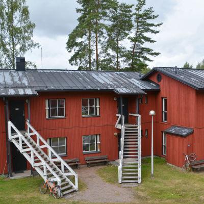 faluröda tvåvåningshus, färgen flagar på taket