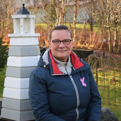 Elisabeth Kajander ute i trädgården.
