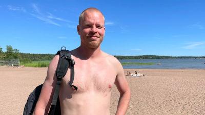 En man på en strand.