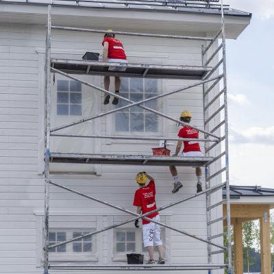 Maalarit maalaavat taloa Lohjan asuntomessuilla