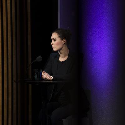 Sanna Marin står i kulisserna inför en valutfrågning på TV.