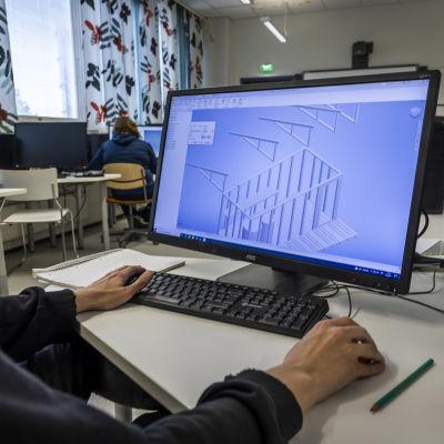 Opiskelija suunnittelee rakennusta tietokoneella