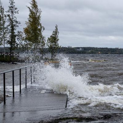 Vågor slår mot en brygga i Näsijärvi i Tammerfors under stormen Aila den 17 september 2020.