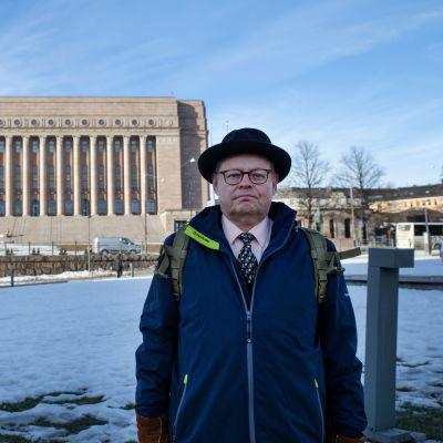 Juhana Vartiainen eduskuntatalon edessä