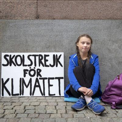 Skoleleven Greta Thunberg sitter utanför Sveriges riksdag och skolstrejkar för klimatet. 2018.