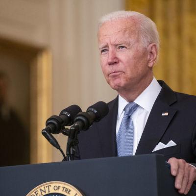 President Joe Biden bakom podium vid presskonferens.
