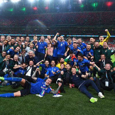 Italian miesten jalkapallomaajoukkue juhlii Euroopan mestaruutta.