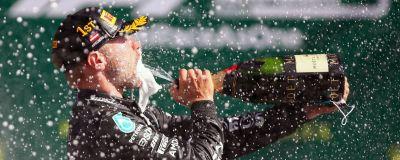 Valtteri Bottas sprutar champagne mot munnen.