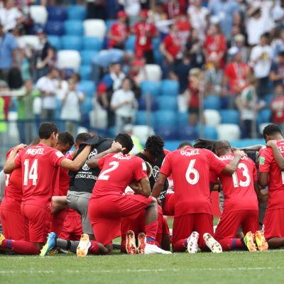 Panamas landslag efter förlusten mot England.