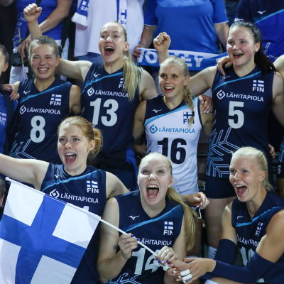 Finlands damlandslag i volleyboll firar.