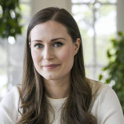 Statsminister Sanna Marin i närbild i hennes tjänstebostad Villa Bjälbo i Helsingfors.