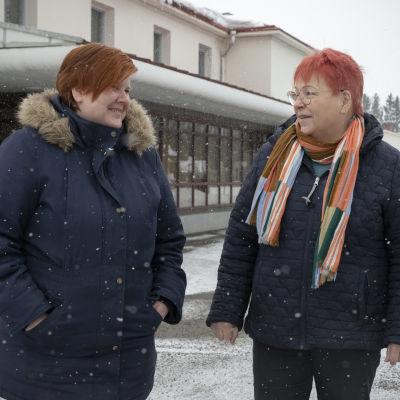 Elina Sinkkonen ja Kaisa Javanainen kyläyhdistyksen talon edessä