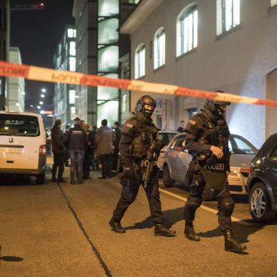 Schweizisk polis utanför islamiska centret i Zürich efter attentatet den 19 december 2016.