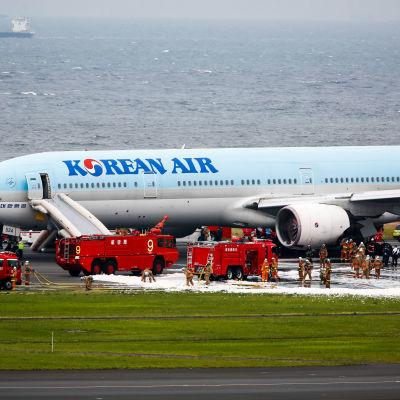 Passagerarplan fattade eld i Tokyo den 27 maj 2016.