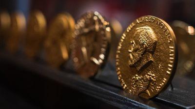 Nobelprismedaljer i närbild. På medaljen syns Alfred Nobel.