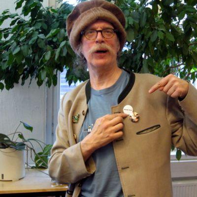 Pertti Veltto Virtanen esittelee Beatles-rintanappeja