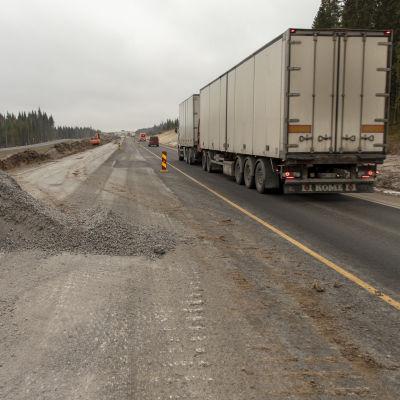 Osa uutta tielinjaa on jo lähes valmiina. Toinen kaista on vielä pois käytöstä viimeisteylytöiden vuoksi.