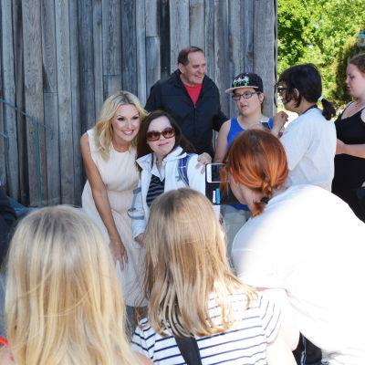 Sanna Nielsen bland sina fans under presstillfället inför Allsång på Skansen 2016
