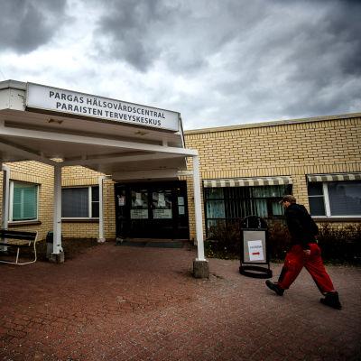 Ingången till hälsovårdscentralen i Pargas