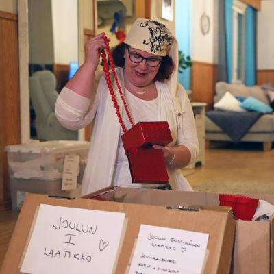 Anne Häkkinen tutkii joulukoristelaatikkoaan.