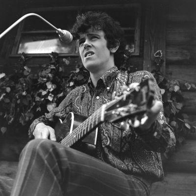 Donovan esiintyy Paimon motellin savusaunan edustalla Ohimennen-ohjelmassa.