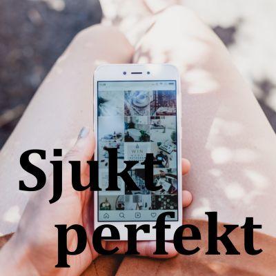 En hand håller i en mobiltelefon där man ser en instagram-feed.
