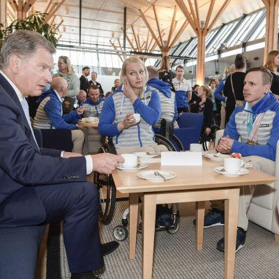 Sauli Niinistö dricker kaffe med Sini Pyy, Matti Suur-Hamari och Ilkka Tuomisto.